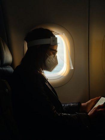 op vliegtuig tijdens corona